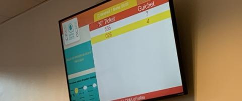 Mise en place au CPAS d'Ixelles d'un système de gestion de file d'attente avec borne d'impression de tickets et écran d'affichage  - Expansion TV