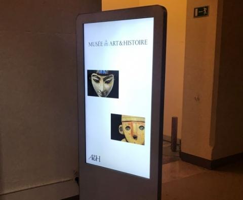 Des totems d'affichage dynamique au sein des musées royaux d'Art et d'Histoire de Bruxelles - Expansion TV